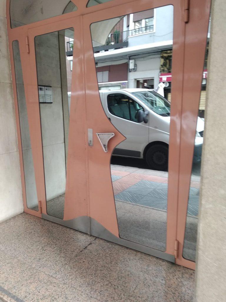 puerta vidrio seguridad entrada