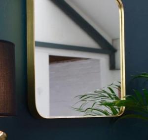 espejo de pared con marco dorado