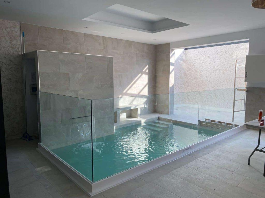 piscina suelo cristal