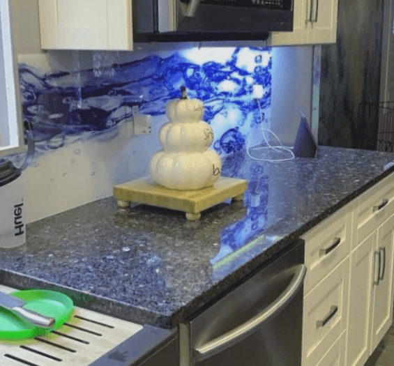 salpicadero de cristal para una cocina blanca